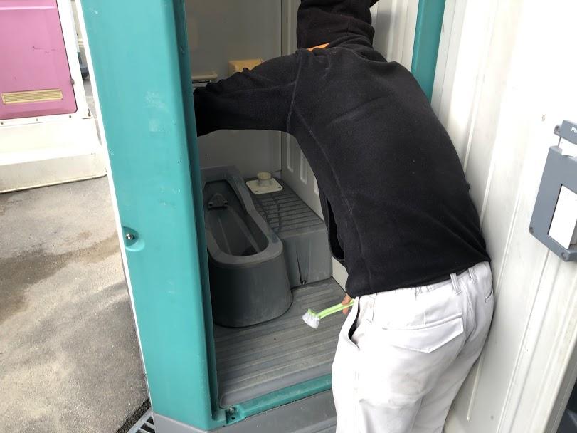仮設トイレ掃除